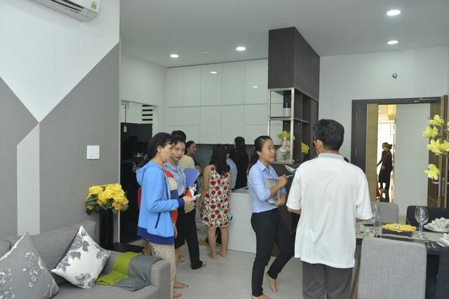 Đông đảo khách hàng đến tham dự buổi ra mắt Block C và tham quan căn hộ mẫu