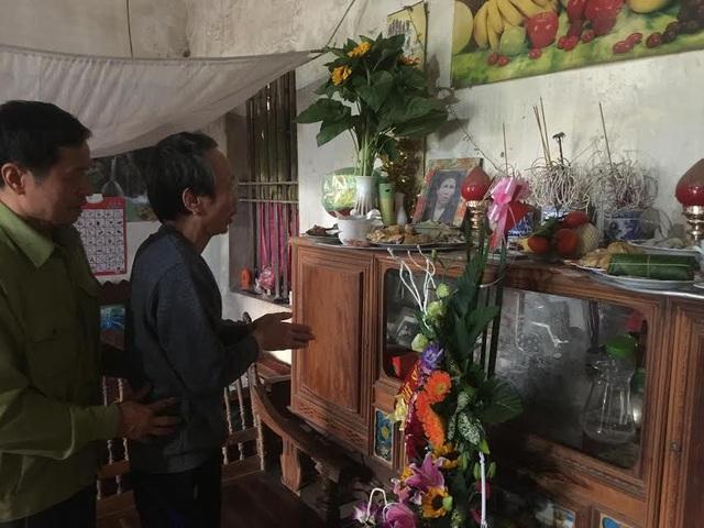 Ông Hàn Đức Long sau 11 năm bị giam cầm mới được thắp nén nhang trên bàn thờ gia tiên