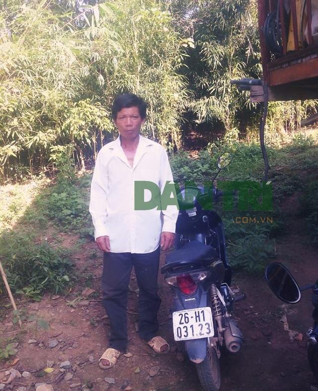 Anh Lò Văn Muôn bên chiếc xe máy đã chở thi thể em gái ruột của mình