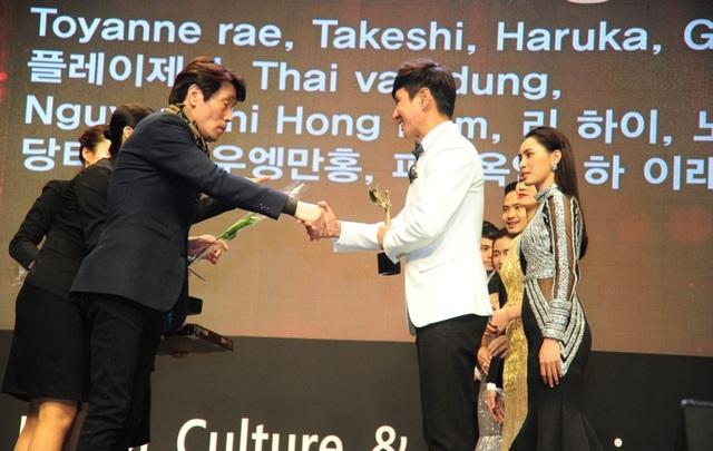 """Một năm """"gặt hái"""" giải thưởng quốc tế của sao Việt - 4"""