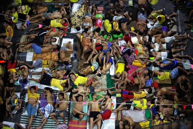 Cuộc chiến chống ma túy đẫm máu do Tổng thống Philippines Rodrigo Duterte phát động từ sau khi ông lên nắm quyền hồi cuối tháng 6 đã khiến hơn 5.500 nghi phạm buôn bán hoặc sử dụng ma túy bất hợp pháp thiệt mạng. Ngoài ra, hàng nghìn nghi phạm khác cũng đã bị bắt giữ khiến các ngôi nhà từ xập xệ ở thủ đô Manila trở nên quá tải. (Ảnh: Reuters)