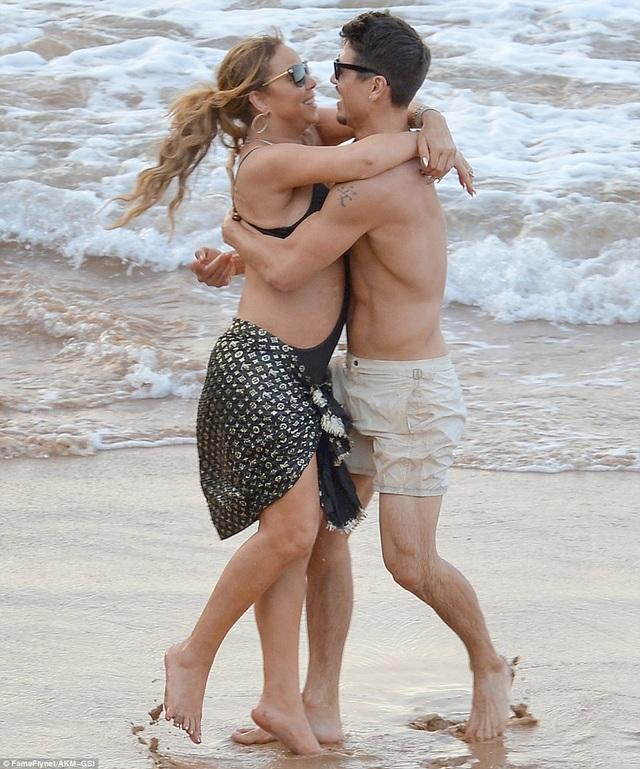 Mariah Carey không còn che giấu mối quan hệ tình cảm với vũ công Bryan Tanaka