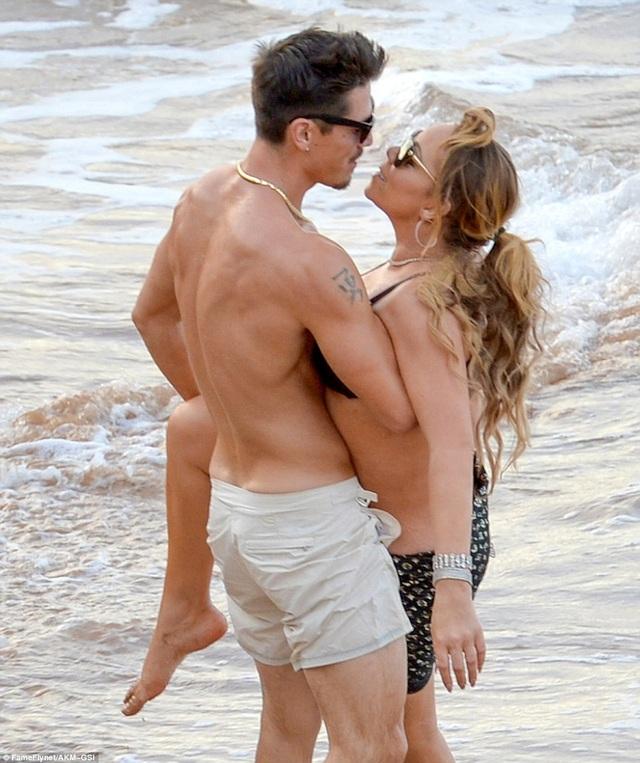 Cặp đôi tình tứ trao nhau nụ hôn say đắm trên bãi biển ở Maui, Hawaii ngày 30/11 vừa qua