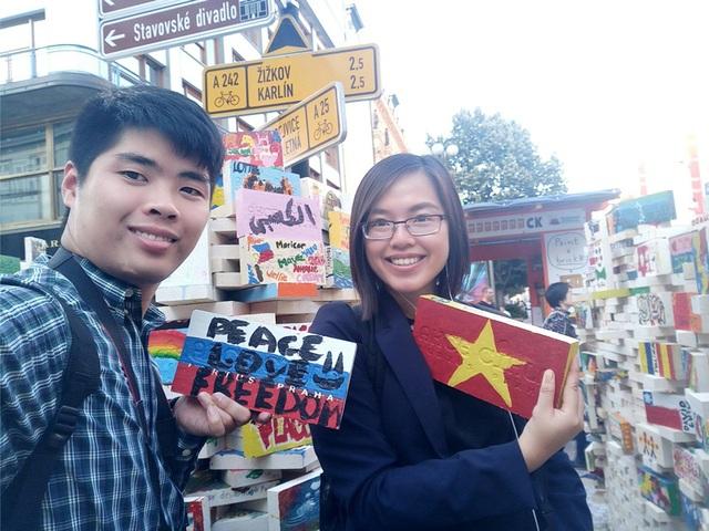 Mạnh Hà chụp với bạn đi dạo phố sau giờ học tại CH Séc.