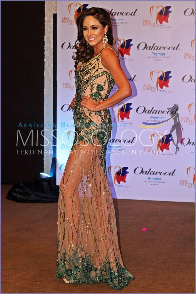 Hoa hậu Bolivia - Eliana Pamela Villegas nhận huy chương đồng trong phần thi trình diễn trang phục dạ hội.