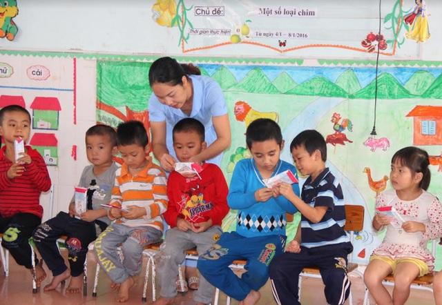 Niềm vui của trẻ em nghèo Nghệ An khi được uống sữa học đường TH true MILK.