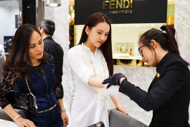 Mỗi nhân viên là một đại sứ cung cấp cho khách hàng những thông tin lý thú về nghệ thuật chế tác đồng hồ.