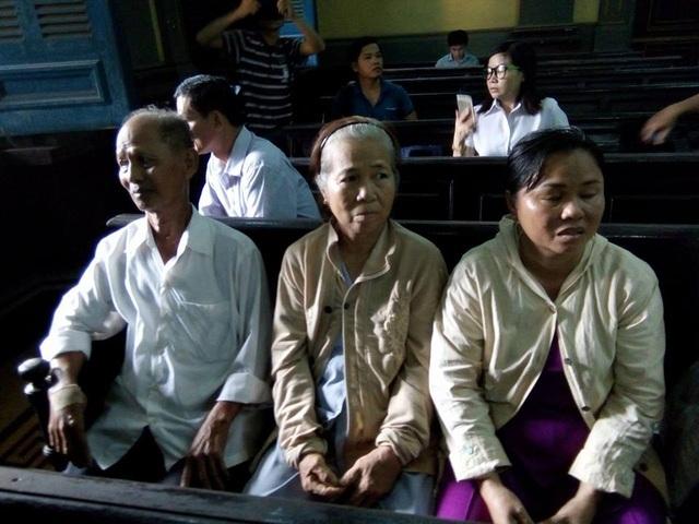 Bố mẹ bị cáo có mặt tại tòa. Trao đổi với phóng viên, bố bị cáo cho biết con ông bị oan, mong muốn tòa trả tự do