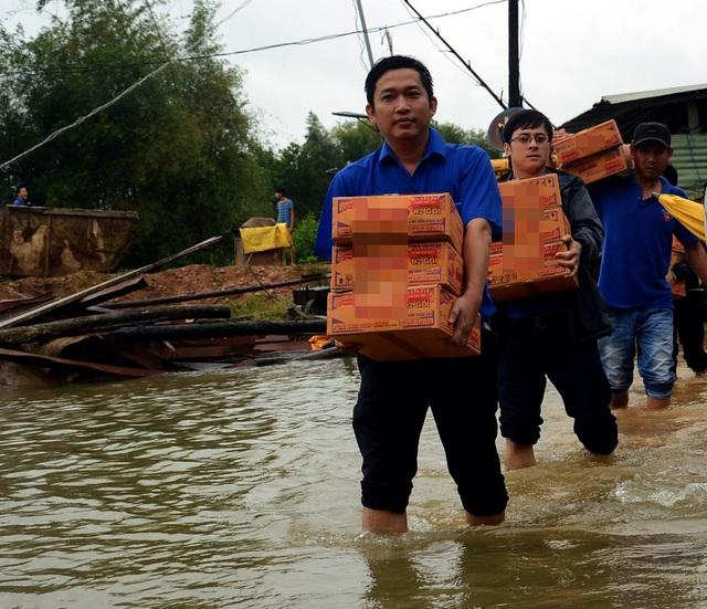 Đông đảo đoàn viên thanh niên tham gia tình nguyện tại các vùng lũ