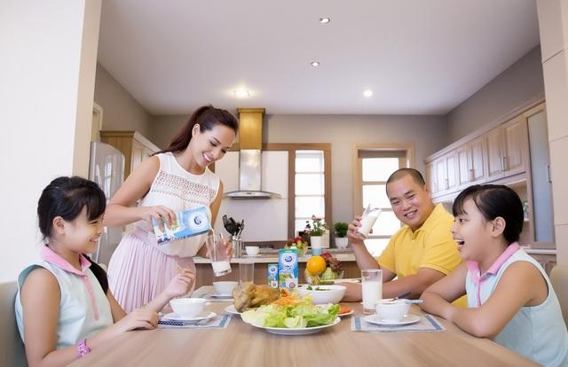 """Bên cạnh chế độ dinh dưỡng đa dạng, những bữa cơm ấm cúng của gia đình Thúy Hạnh không thể thiếu """"năng lượng sữa"""" từ Cô Gái Hà Lan Active 20+™"""