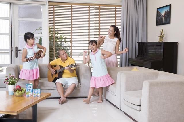 Khi về nhà, vợ chồng cựu người mẫu tạm gác mọi công việc để vui hết mình cùng các con