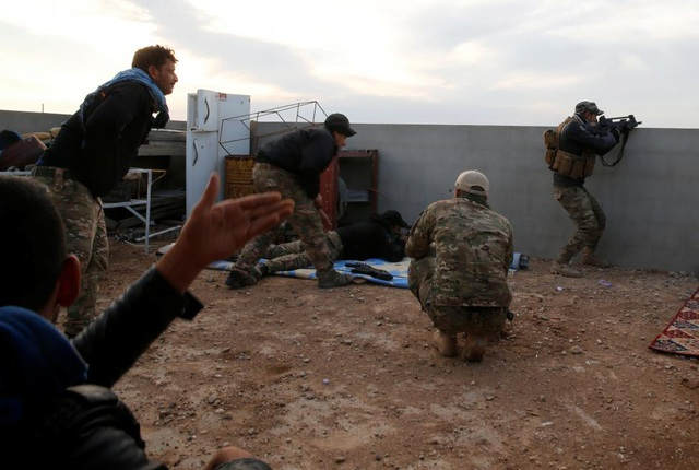 Lực lượng an ninh đối đầu với phiến quân IS trong một trận đánh ở phía bắc Mosul. (Ảnh: Reuters)