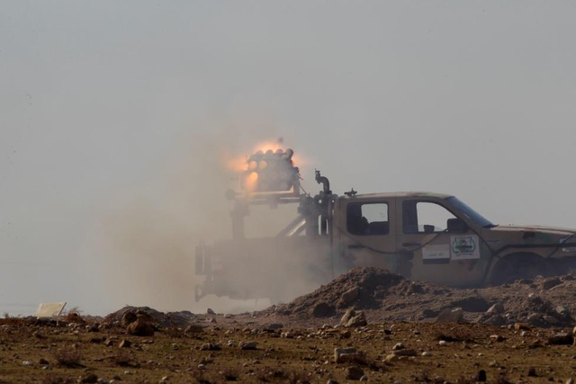 Quân đội khai hỏa về phía mục tiêu của IS tại thành phố Mosul. (Ảnh: Reuters)