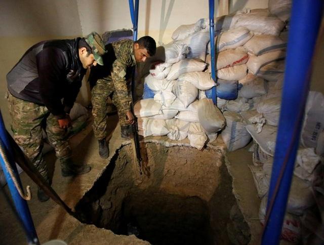 Các binh sĩ Iraq đang kiểm tra một đường hầm ở IS ở phía bắc Mosul. (Ảnh: Reuters)