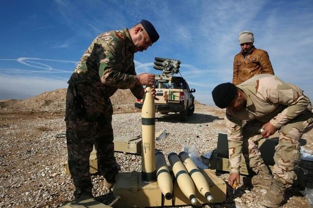 Các thành viên của lực lượng an ninh Iraq kiểm tra đạn dược trong một trận đánh. (Ảnh: Reuters)