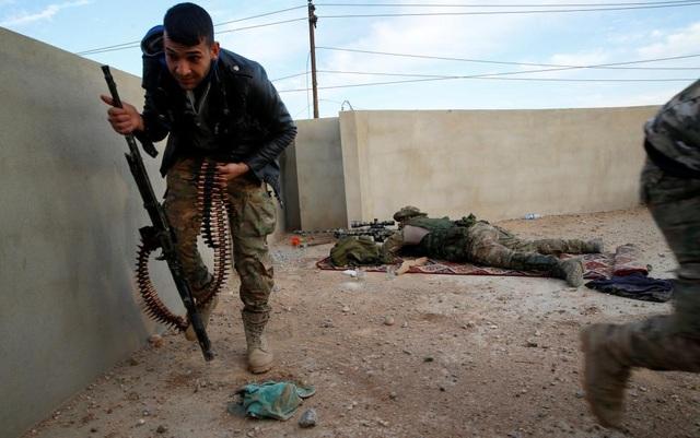 Theo một ước tính hồi tháng 10/2016, có khoảng 5.000 tay súng của phiến quân Nhà nước Hồi giáo đang cố thủ ở Mosul. Trong ảnh là các thành viên của lực lượng an ninh Iraq tại một địa điểm giao tranh ở phía tây Mosul.(Ảnh: Reuters)
