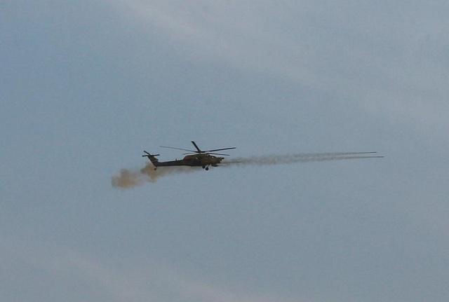 Trực thăng của quân đội Iraq khai hỏa trên bầu trời Mosul. (Ảnh: Reuters)