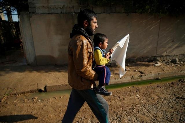Khoảng 100.000 người đã rời bỏ Mosul kể khi IS chiếm thành phố này năm 2014. Liên hợp quốc lo ngại rằng chiến sự tại Mosul sẽ khiến số người phải rời bỏ nhà cửa ngày càng tăng lên. (Ảnh: Reuters)