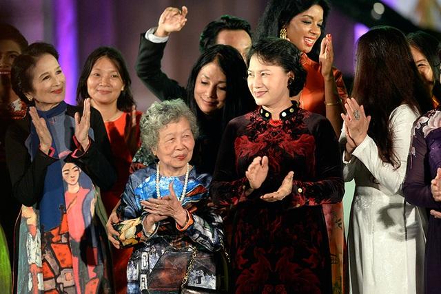 Chủ tịch Quốc hội Nguyễn Thị Kim Ngân cùng các nghệ sĩ, nhà thiết kế và người mẫu tại Festival áo dài Hà Nội 2016.