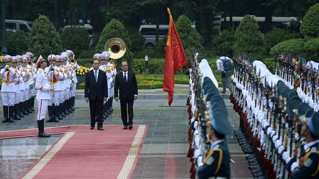 Tổng thống Pháp Francois Hollande và Chủ tịch nước Trần Đại Quang duyệt đội danh dự.