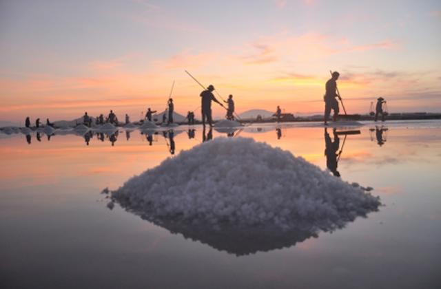 Bầu trời hừng lên trên cánh đồng muối Hòn Khói (Ninh Hòa)
