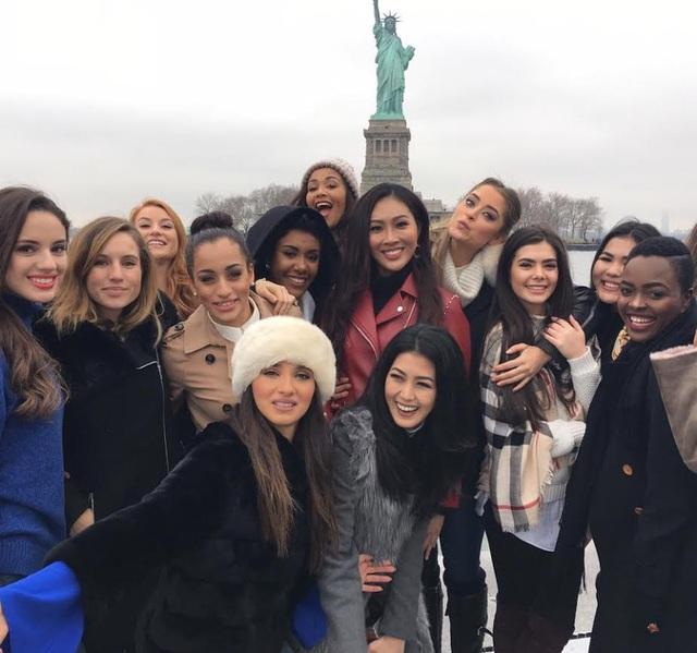 Diệu Ngọc (áo đỏ - giữa) và bạn bè bên bức tượng Nữ Thần Tự Do