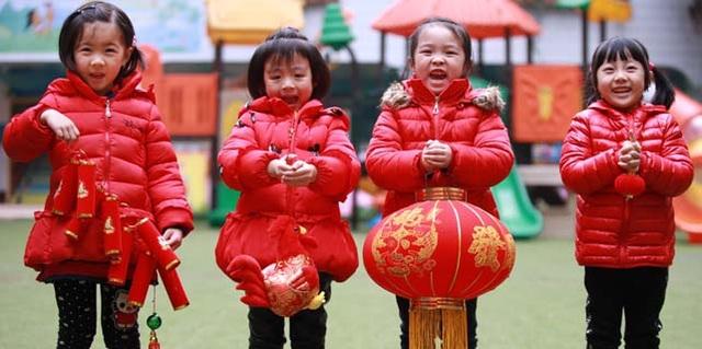 Các em nhỏ cầm đèn lồng trong một hoạt động đón mừng năm mới ở tỉnh Tứ Xuyên, Trung Quốc. (Ảnh: VCG)