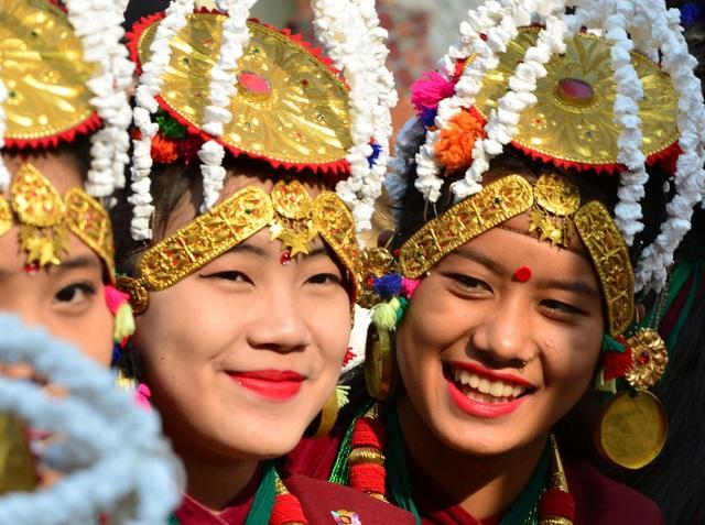 Các cô gái thuộc cộng đồng Gurung thiểu số trong trang phục tham gia một hoạt động mừng năm mới ở thủ đô Kathmandu, Nepal. (Ảnh: VCG)