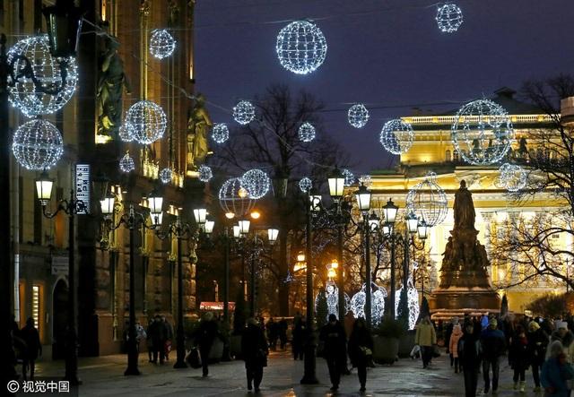 Khu phố Sadovaya được trang hoàng vào những ngày cuối năm ở St Petersburg, Nga. (Ảnh: VCG)