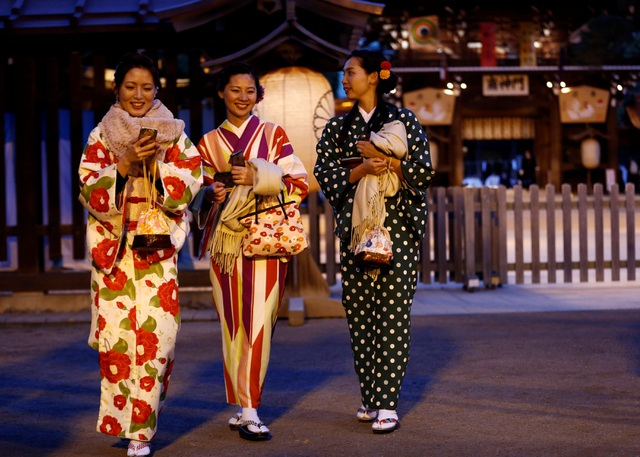 Các cô gái trong trang phục kimono đi lễ tại đền Meiji ở Tokyo, Nhật Bản vào buổi tối cuối cùng của năm cũ. (Ảnh: Reuters)
