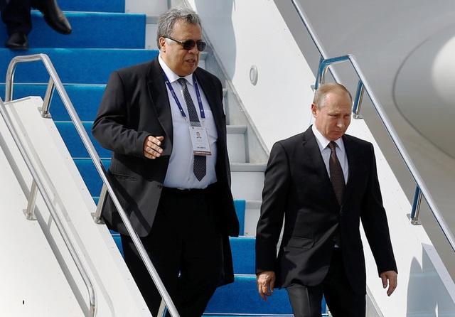 Đại sứ Andrey Karlov (trái) được cho là có vai trò quan trọng trong việc hạ nhiệt căng thẳng trong quan hệ giữa Nga và Thổ Nhĩ Kỳ liên quan đến cuộc chiến Syria cũng như sau vụ Ankara bắn rơi chiến đấu cơ của Moscow. (Ảnh: Reuters)