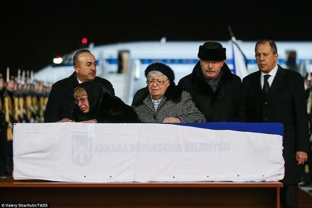 Mẹ và phu nhân Đại sứ Karlov bên linh cữu.