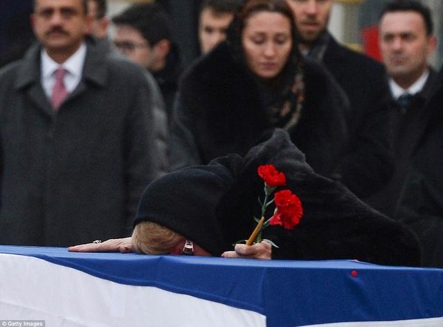Bà Marina được cho là đã xỉu đi sau khi Đại sứ Karlov bị ám sát tại Ankara hôm 19/12. Theo Dailymail, thời điểm ông Karlov bị bắn từ phía sau bởi sĩ quan cảnh sát của Thổ Nhĩ Kỳ Mevlut Mert Altintas tại triển lãm ở Ankara, bà Marina cũng có mặt ở đó và cũng nằm xuống sàn như những người khác.