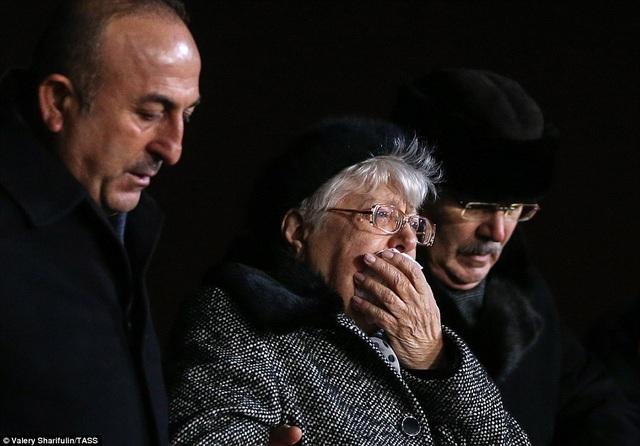 Người mẹ già của ông, bà Maria, cũng cố kìm nén đau buồn trước linh cữu được phủ cờ Nga được các sĩ quan di chuyển từ trên máy bay xuống ở sân bay quốc tế Vnukovo (Moscow).