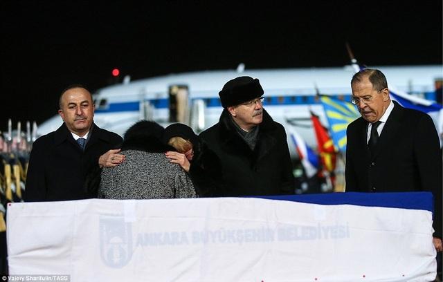 Ngoại trưởng Nga Sergei Lavrov và Ngoại trưởng Thổ Nhĩ Kỳ Mevlut Cavusoglu cũng có mặt tại buổi lễ đưa linh cữu của Đại sứ Andrey Karlov về quê nhà.