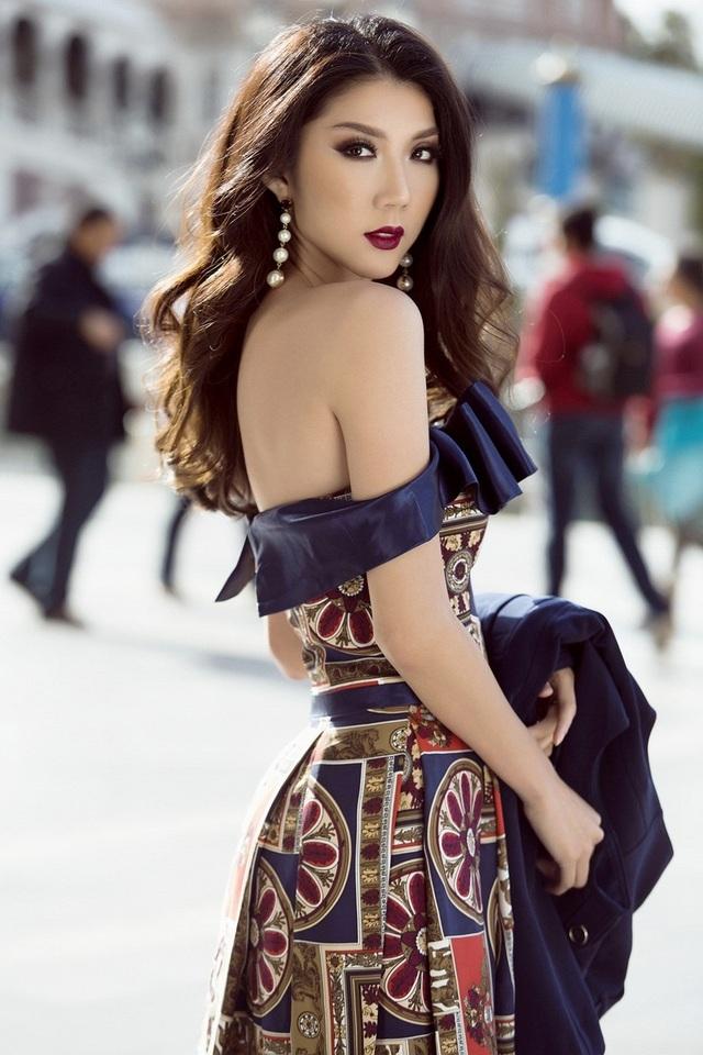 Điểm nổi bật trong bộ váy nơ 3D chính là họa tiết in thêu tươi mới, bắt mắt, kết hợp giữa các tông màu thịnh hành như cam đất, vàng đồng và xanh cô-ban.