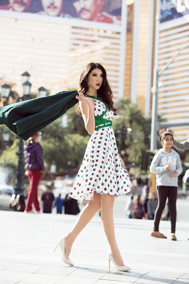 Lựa chọn phối cùng giày cao gót tối giản khiến tổng thể bộ trang phục mang nét trẻ trung cho siêu mẫu.