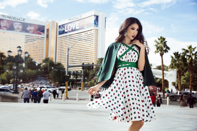 Ngọc Quyên tiếp tục cuộc chơi streetstyle bằng một thiết kế váy xòe in hoạ tiết. Lần này, cô kết hợp cùng áo khoác blazer cùng tông xanh lá để vẻ ngoài tránh bị nhàm chán.