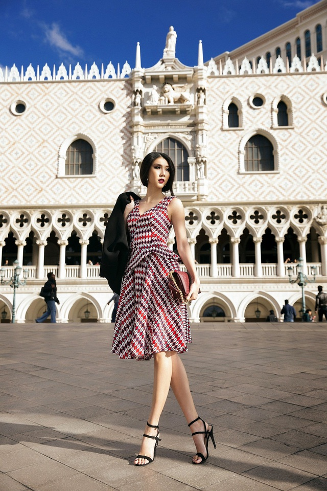 Không chỉ dừng lại ở những kiểu mỹ đơn giản, kiểu váy họa tiết tứ giác trải dài theo phần thân áo kèm phần ghép nối mạnh mẽ này càng khiến Ngọc Quyên thêm phần đẳng cấp.
