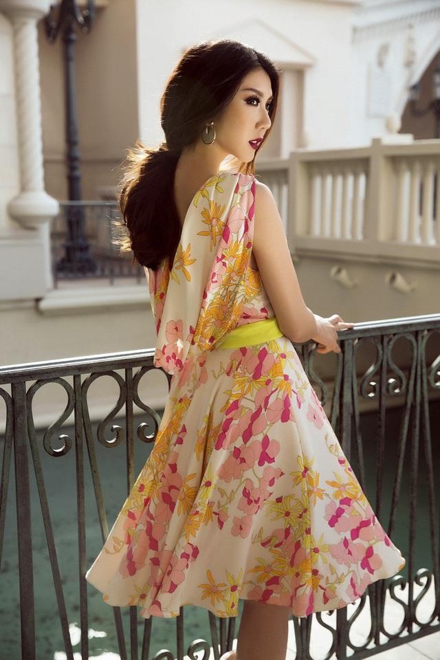 Chi tiết in hoa hiện đại cùng màu sắc rực rỡ của chiếc váy tạo nên một tổng thể sinh động, gây ấn tượng mạnh cho người đối diện.