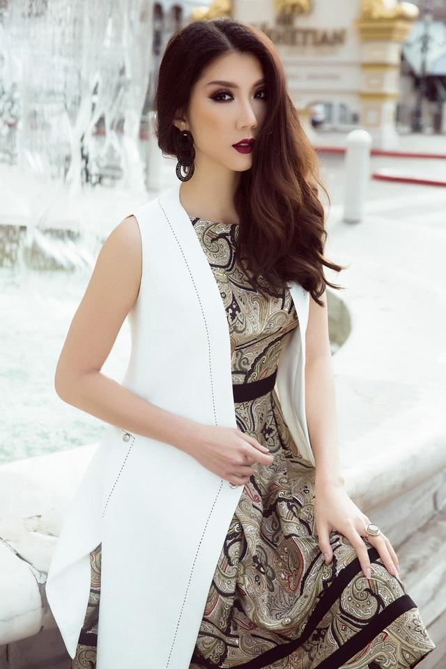 Ở bộ trang phục này, cô chọn thiết kế không tay nhã nhặn, thanh lịch. Dù được phối bởi nhiều họa tiết, bộ váy vẫn toát lên sắc vàng đồng chủ đạo thời thượng. Sự kết hợp cùng áo khoác blazer không tay tông trắng tăng thêm vóc dáng thanh mảnh của siêu mẫu.