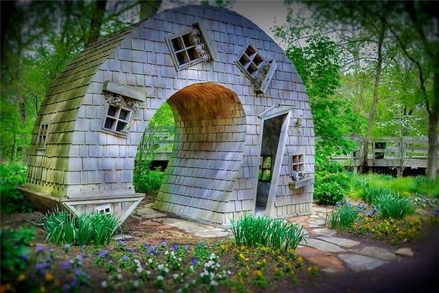 Một ngôi nhà cong kỳ lạ ở thành phố Indianapolis thuộc tiểu bang Indiana ở Hoa Kỳ