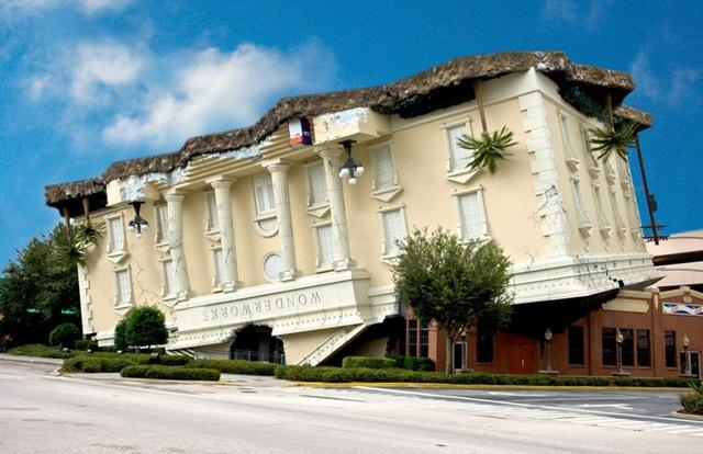 Tòa nhà lộn ngược kỳ dị ở WonderWorks, Tennessee, Mỹ.