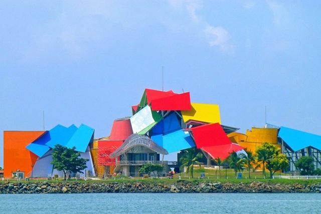 Biomuseo, Panama do KTS Frank Gehry thiết kế. Được xây dựng trên diện tích 4000m2, bảo tàng bao gồm 8 phòng trưng bày.