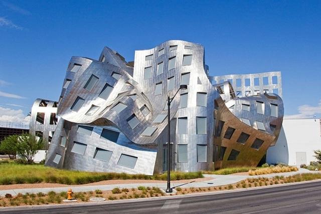 Trung tâm nghiên cứu về não Lou Ruvo (Las Vegas, Mỹ) do KTS Frank Gehry thiết kế với hình dạng méo mó đặc biệt.