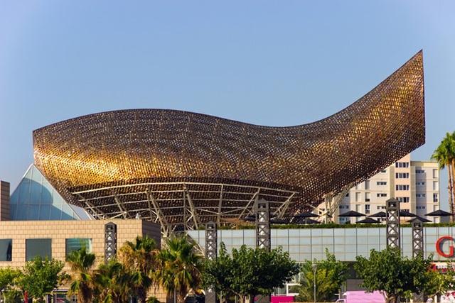 Olympic Pavilion ở Barcelona giống hình con cá vàng. Công trình dài 56m, cao 35m của KTS Frank Gehry.