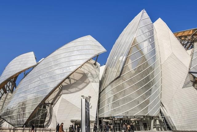Với chủ đề biển cả, tòa nhà Louis Vuitton Fondation của Frank Gehry được phủ bằng 12 cánh buồm kính cuồn cuộn.