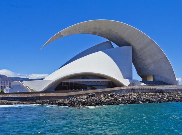 Nhà hát Concert Hall, Tenerife, Tây Ban Nha có phần mái cao nhất lên tới 50m.