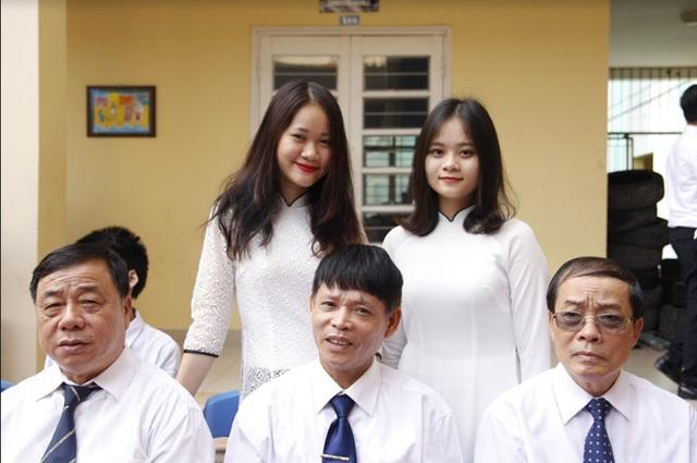 Nữ sinh THPT Lomonoxop diện áo dài trắng tinh khôi, rạng rỡ chụp ảnh kỉ niệm cùng các thầy giáo