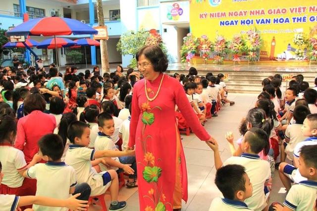 Cô Nguyễn Thị Hiền - Hiệu trưởng nhà trường cùng các em học sinh (ảnh: fanpage Trường Tiểu học Đoàn Thị Điểm- Hà Nội)